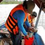 Collecte de larves de poissons sur le Rio Ucayali photo © Carmen Garcia Davila, IIAP